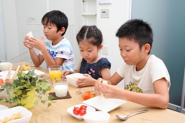 バランスよくご飯を食べる子供